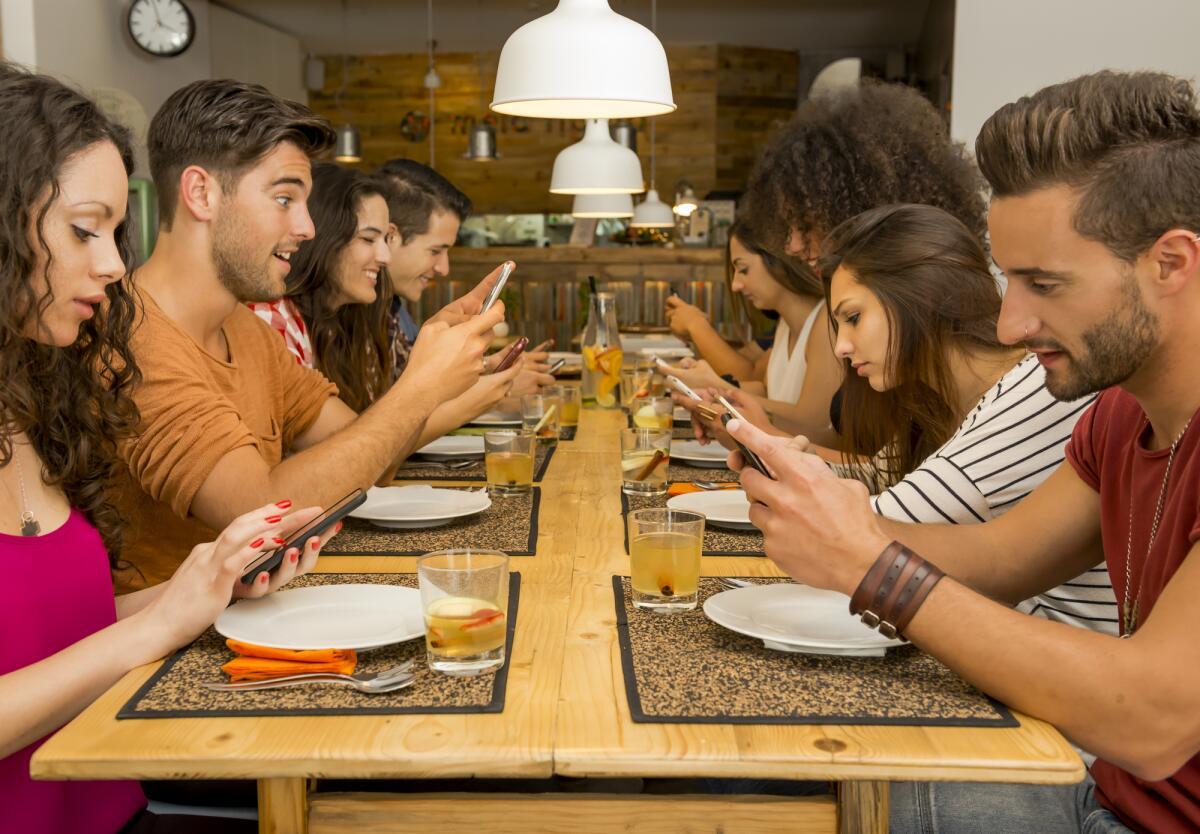 Люди в телефонах картинки
