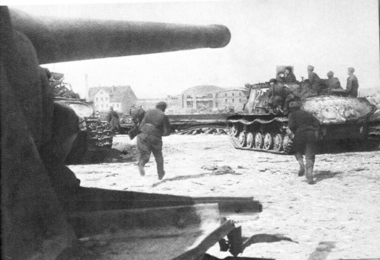 Бойцы 3-го Белорусского фронта и САУ ИСУ-122 в уличном бою в Кёнигсберге