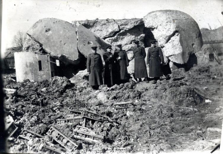 Советские офицеры у разрушенного немецкого ДОТа у форта №5 в Кёнигсберге