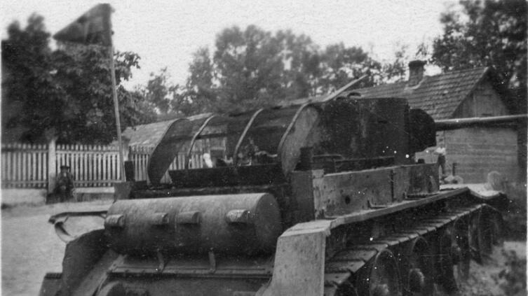 Советский легкий танк БТ-5, подбитый и сгоревший в Дубно
