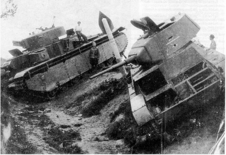 Танки Т-26 и Т-35, брошенные под Дубно в придорожном кювете