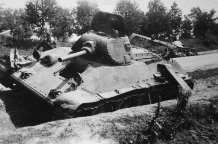 Советские танки Т-34 и Т-26, подбитые у дороги в районе Дубно