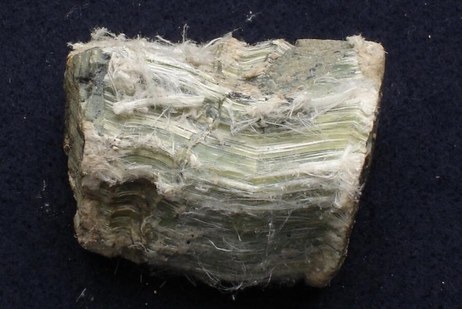 Хризотил-асбест (видны волокна асбеста)