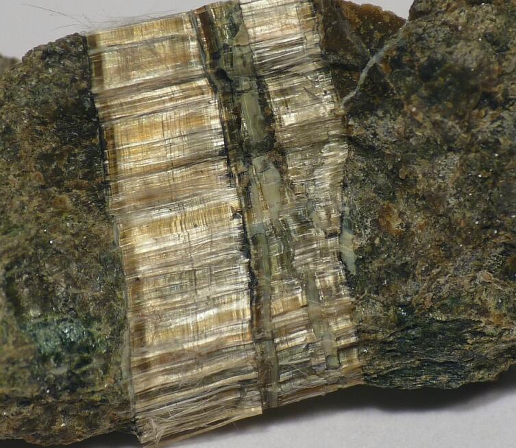 Асбестовая жила в минерале (клинохризотил)