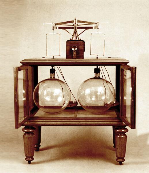 Весы, сконструированные Д. И. Менделеевым для взвешивания газообразных и твёрдых веществ