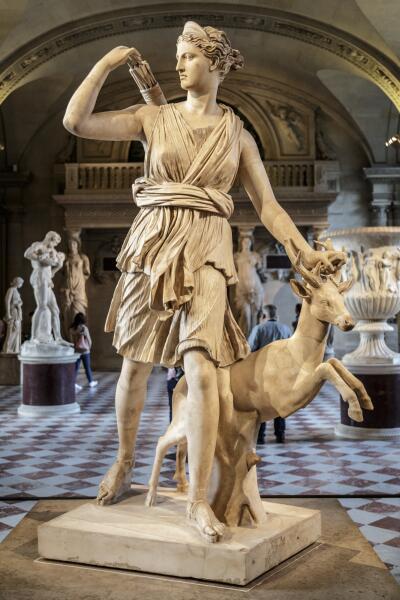 Из древнегреческих богинь одна богиня охоты Артемида по роду своих занятий обладала подтянутой мальчишеской фигурой