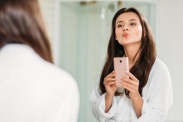 Какие суеверия запрещают снимать себя в зеркале?