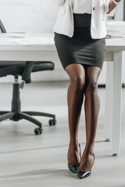 Как носить мини-юбку правильно?