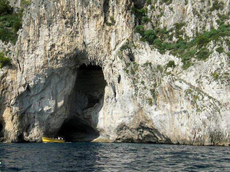 Вход в Голубой грот на Капри