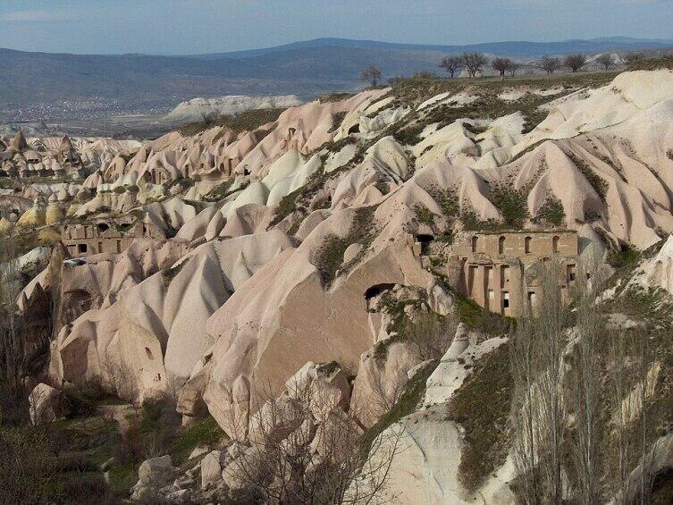 Вырубленные в скале помещения в долине Учхисара, Турция