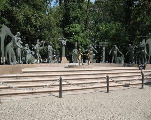 Скульптурная композиция «Дети — жертвы пороков взрослых». Почему шарик ребристый?