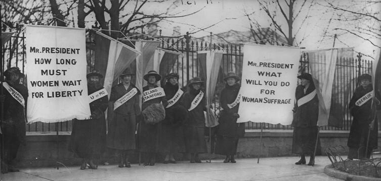 Американские суфражистки пикетируют Белый дом весной 1917 г.