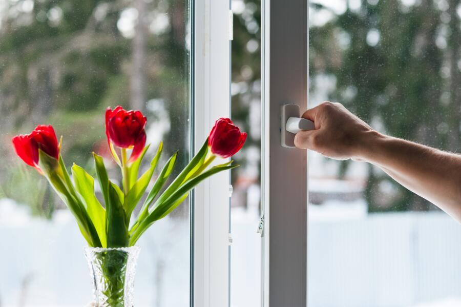 Почему «плачут» пластиковые окна и как избежать запотевания?