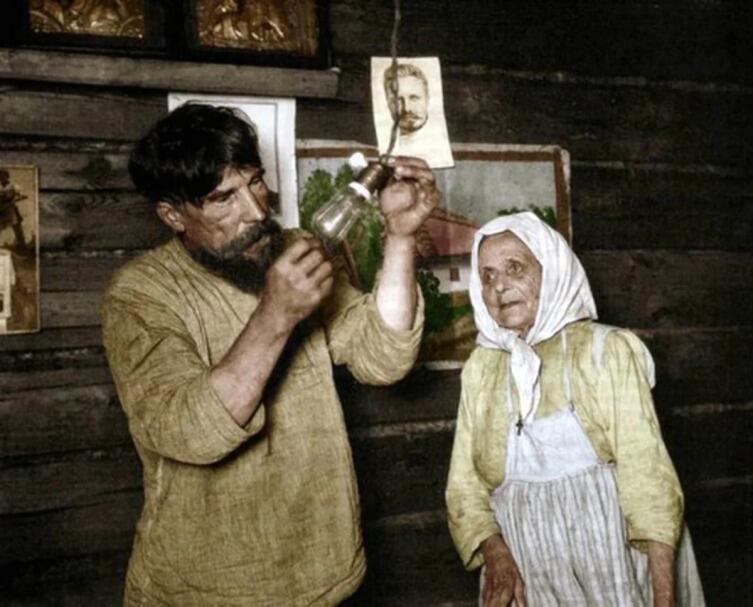 Русские крестьяне получают электроэнергию в первый раз в 1920 г. В современности мем: