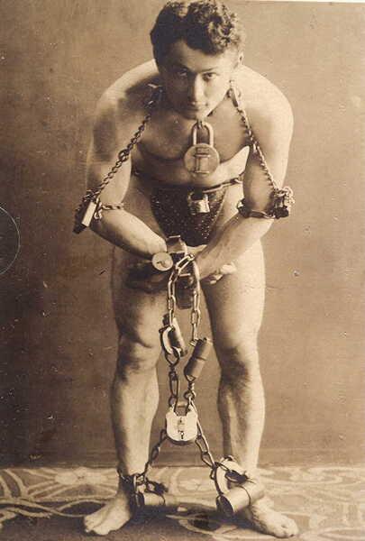 Гарри Гудини перед выполнением трюка с самоосвобождением, 1899 г.