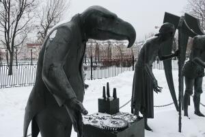 Скульптурная композиция «Дети — жертвы пороков взрослых». Как понимать расположение фигур?