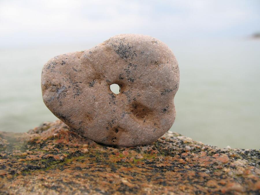Камень с естественной проточиной — так называемый «куриный бог» или «кикимора одноглазый», якобы защищающий кур от вреда кикиморы