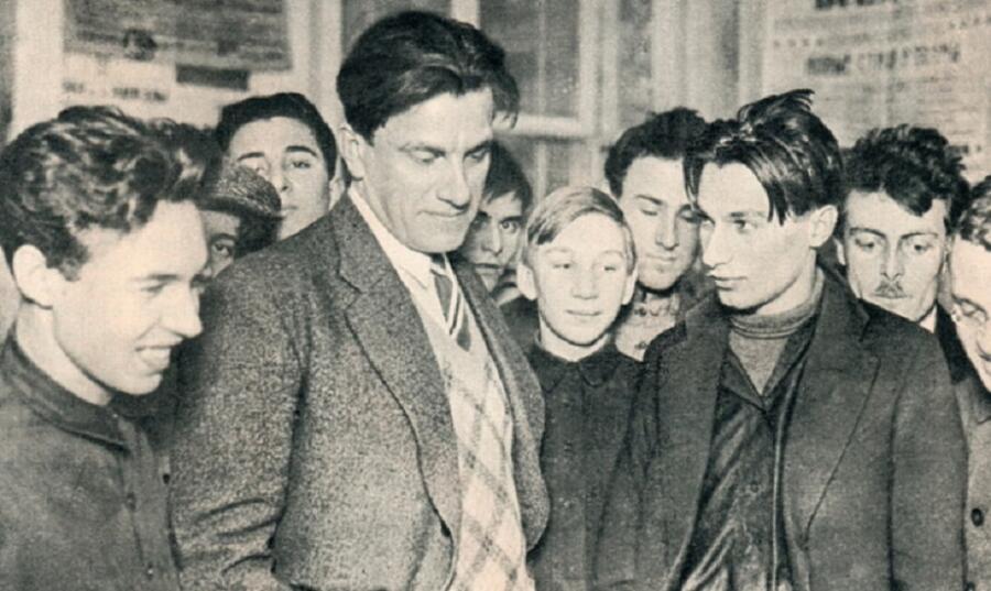 Владимир Маяковский на своей выставке «20 лет работы», 1930 г.