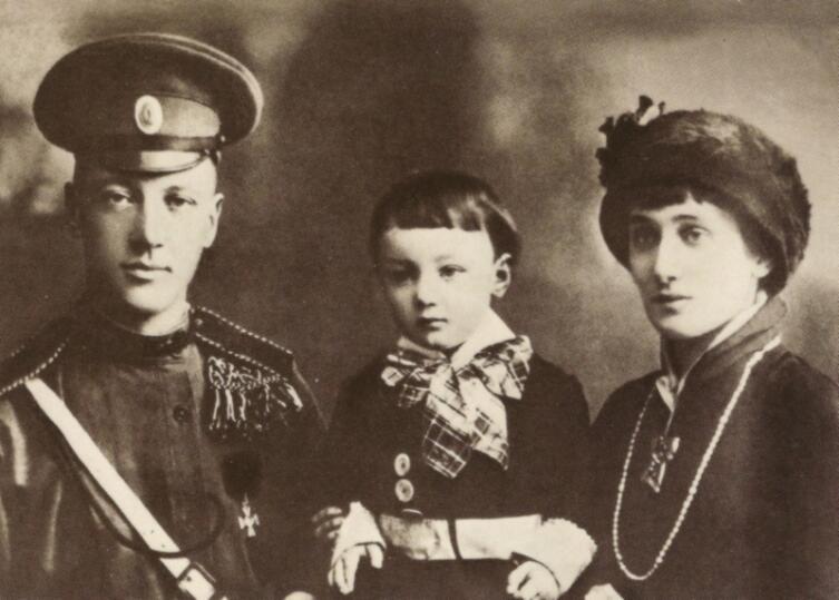 Гумилёв и Ахматова с сыном