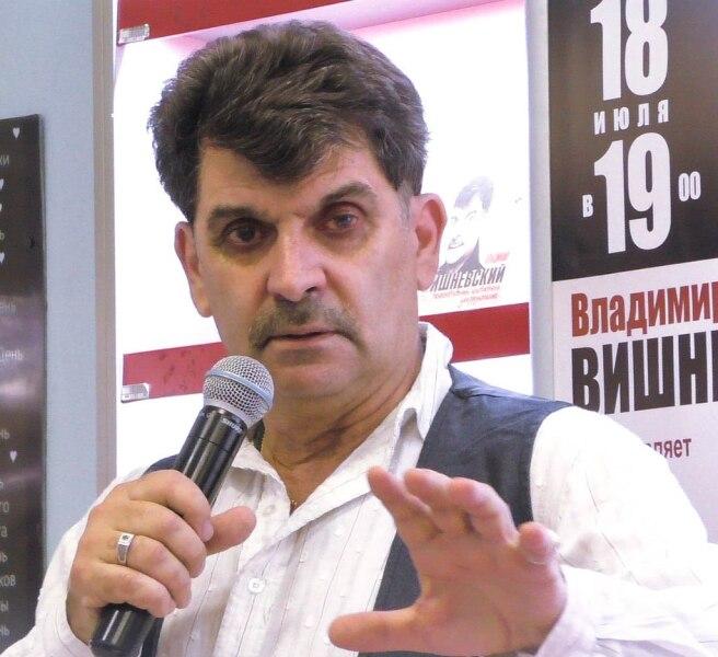 Владимир Вишневский в книжном магазине