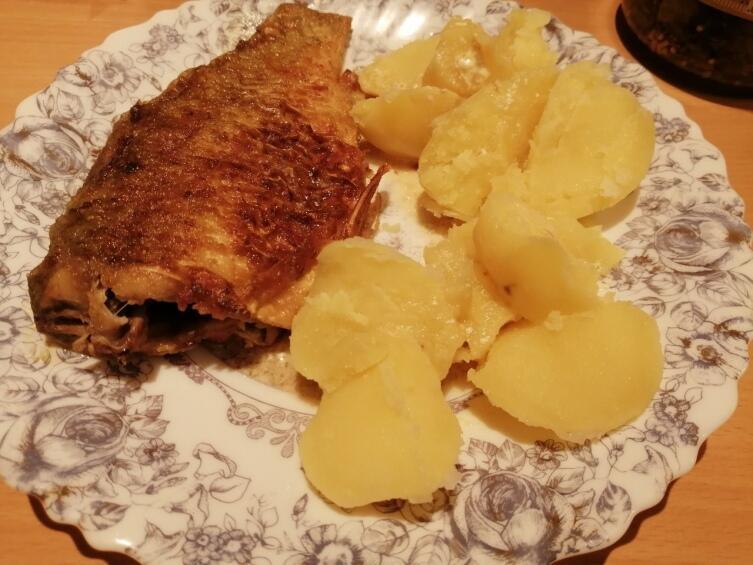 Лучшего гарнира к жаренным в сметане карасям, чем отварная картошка… Нет ничего!