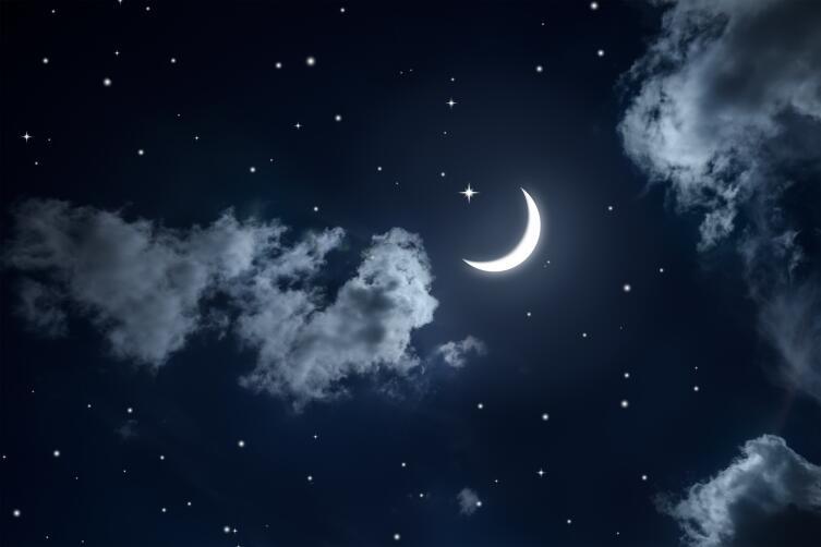 Меж туч луны прозрачный челн…