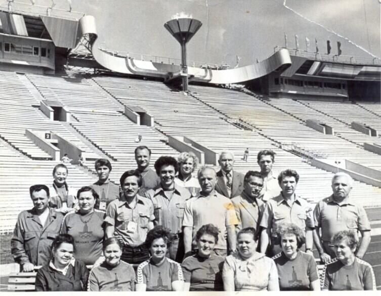 За день до закрытия Олимпиады-80. В среднем ряду слева-направо третий-автор, а рядом, четвёртый- Лёня Соколенко