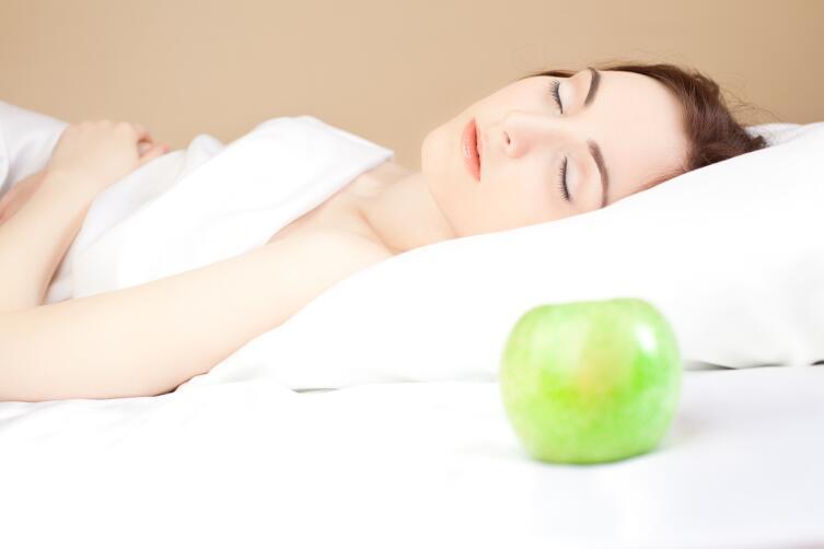 Как одиноким женщинам правильно гадать на недозревших яблоках?