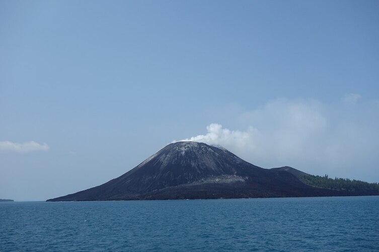Вулкан Анак-Кракатау в 2013 г.