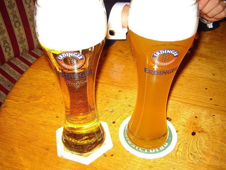 Справа нефильтрованное пшеничное пиво («Хефевайцен»), слева — фильтрованное («Кристаллвайцен»)