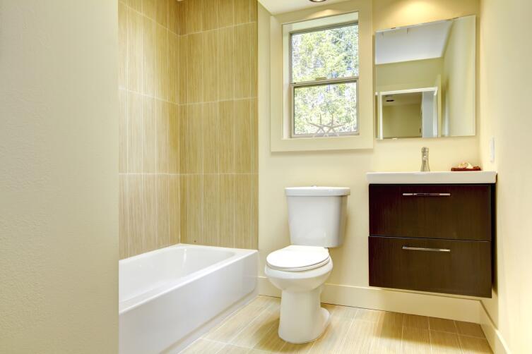 Если унитаз расположен рядом с раковиной или ванной, то достаточно установить подходящий смеситель и душ готов