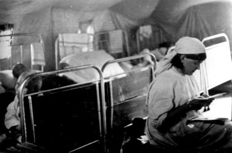 Медсестра советского полевого госпиталя читает письмо