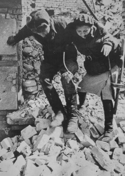 Девушка-санинструктор сопровождает раненого солдата в Сталинграде