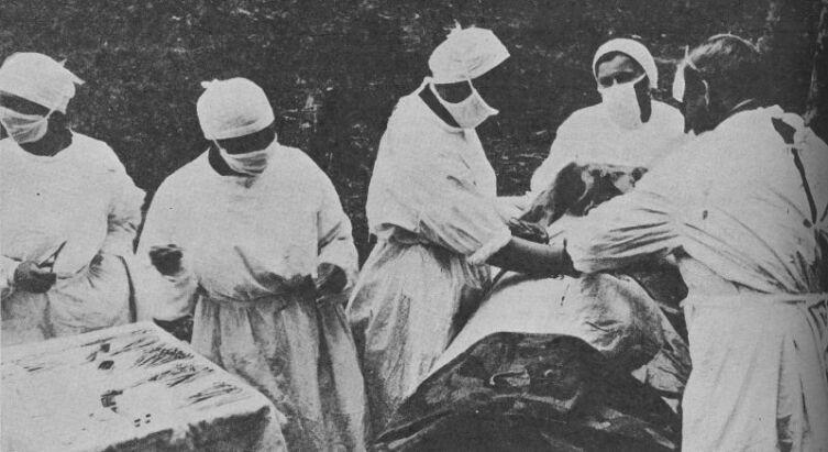 Советские военные врачи оперируют раненого в полевом госпитале