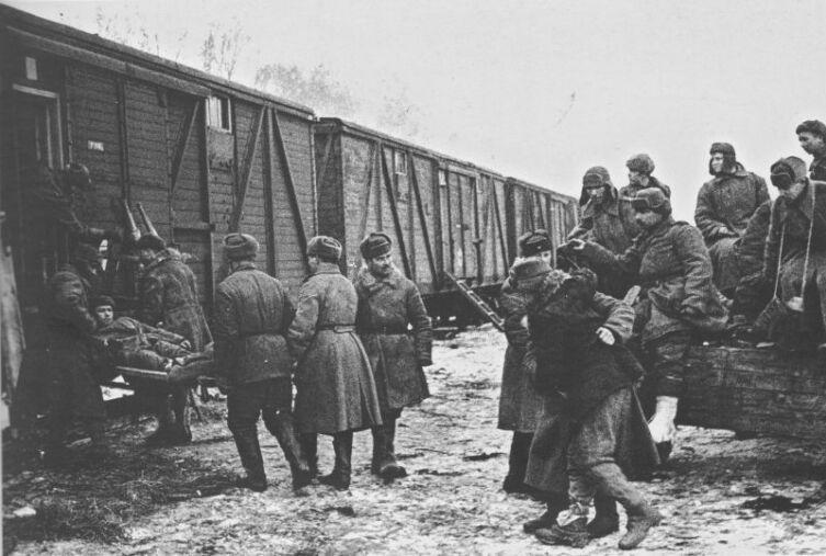 Погрузка советских раненых в эшелон для отправки в тыловые госпитали