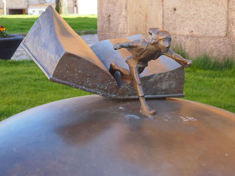 Нильс Хольгерссон — памятник в Карлскруне