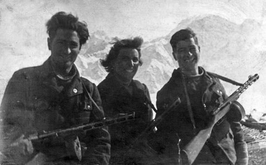 Л. Г. Коротаева 17 февраля 1943 года со своими боевыми товарищами на Эльбрусе
