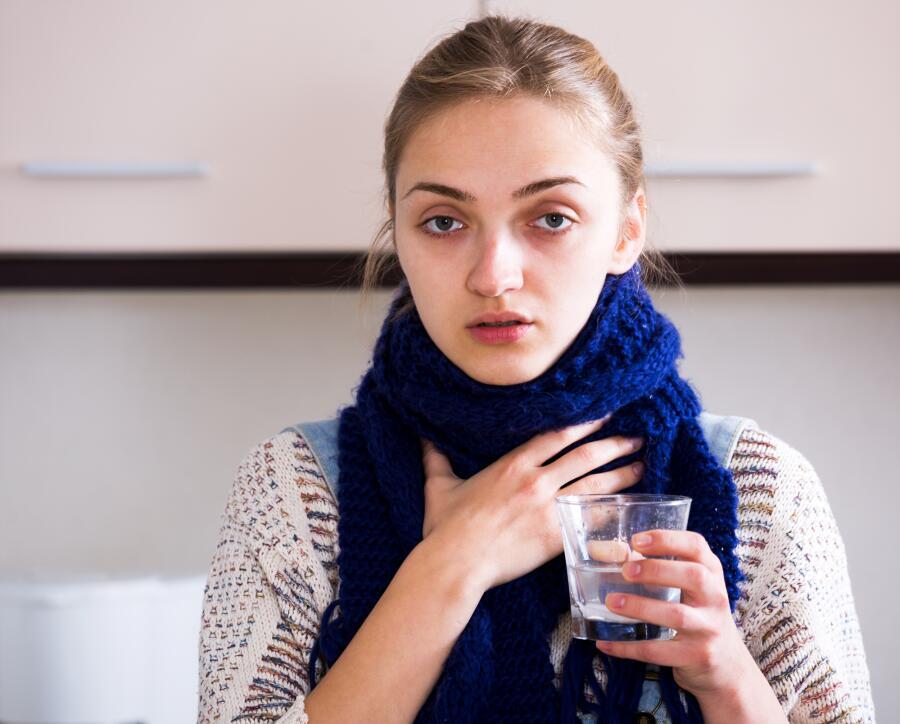 Как полоскать горло при простуде?