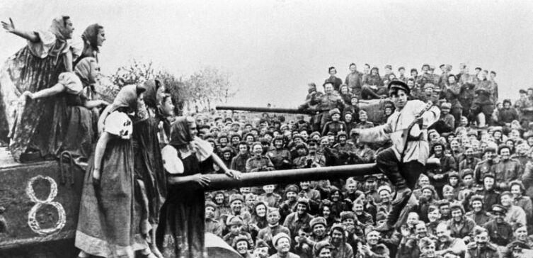Артисты фронтовой бригады выступают перед бойцами 36-й танковой бригады на станции Раздельная