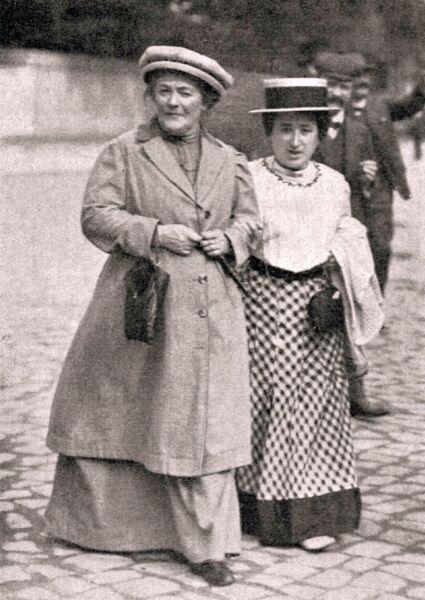 Роза Люксембург (справа) и Клара Цеткин, 1910 г.
