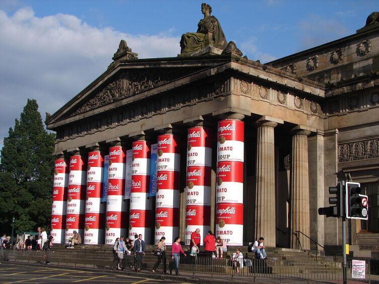 Колонны Королевской Шотландской академии, украшенные в стиле банок