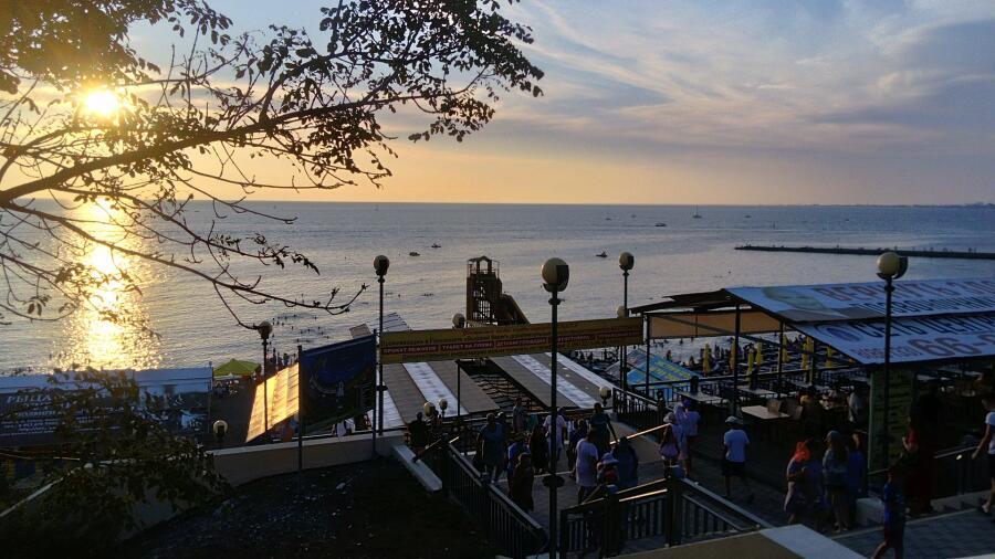 Пляж «Высокий берег» на закате, Анапа