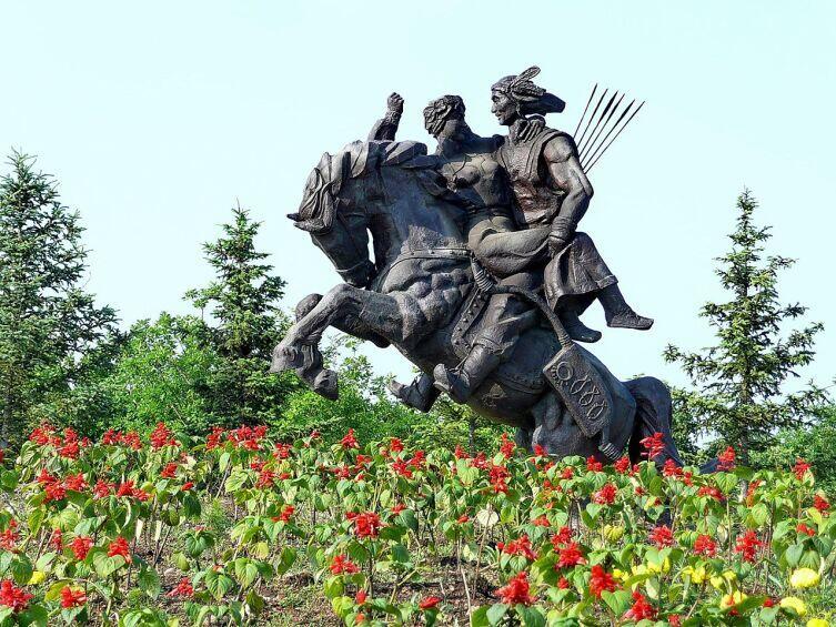 «Похищение невесты» — памятник в Нинъань, Китай