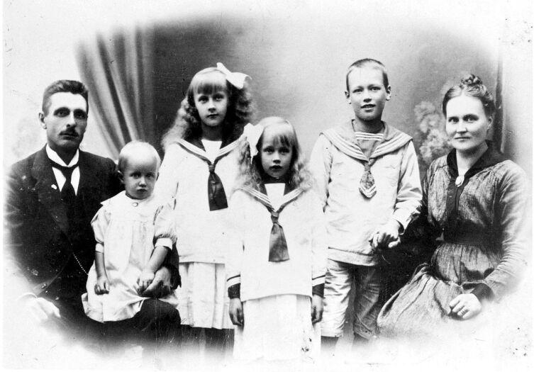 Астрид (третья слева) с родителями, братом и сёстрами