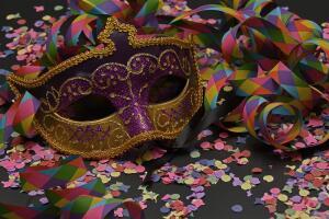 Для изготовления маски не нужно приобретать какие-то особые материалы: нужны только газеты, клей и пластилин.