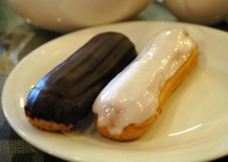 Эклеры с шоколадной и сахарной помадкой