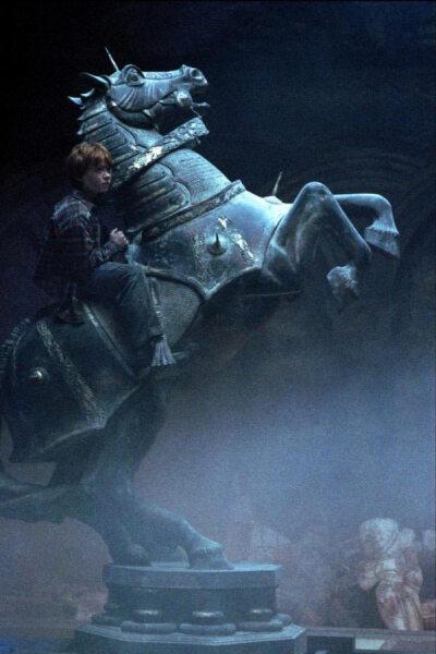 Рон ходит «конём». Кадр из кинофраншизы «Гарри Поттер»