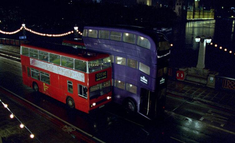 Трёхэтажный автобус «Ночной рыцарь» проносится между двумя двухэтажными. Кадр из кинофраншизы «Гарри Поттер»