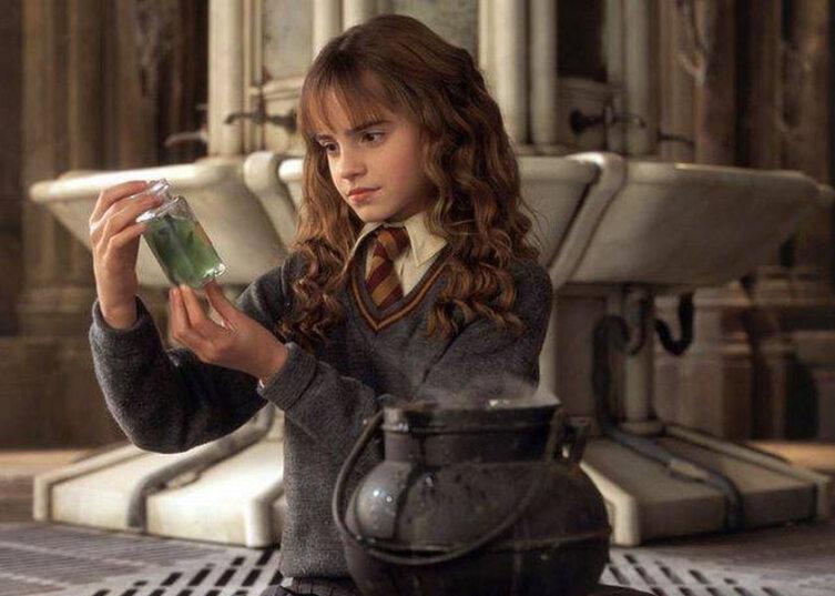 Гермиона варит зелье. Кадр из кинофраншизы «Гарри Поттер»