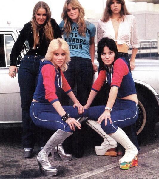 Группа The RUNAWAYS. Джоан Джетт— внизу справа